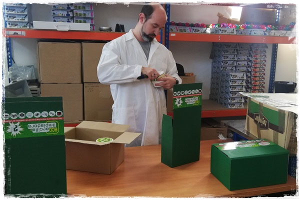 Etiquetado y embalaje de la EcoArcilla para ser enviada a nuestros clientes